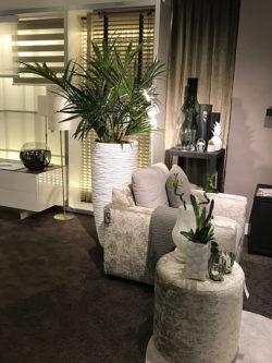 strakke Raamdecoratie uniek glaswerk poefjes fauteuils gordijnen en vloeren alles op elkaar afgestemd